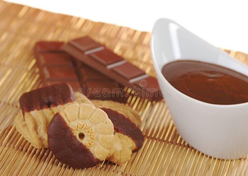 Biskuit mit Schokoladen-Vereisung lizenzfreie stockbilder