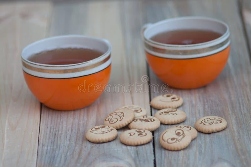 Download Biskuite mit Tee stockfoto. Bild von hintergrund, schwarzes - 90235730