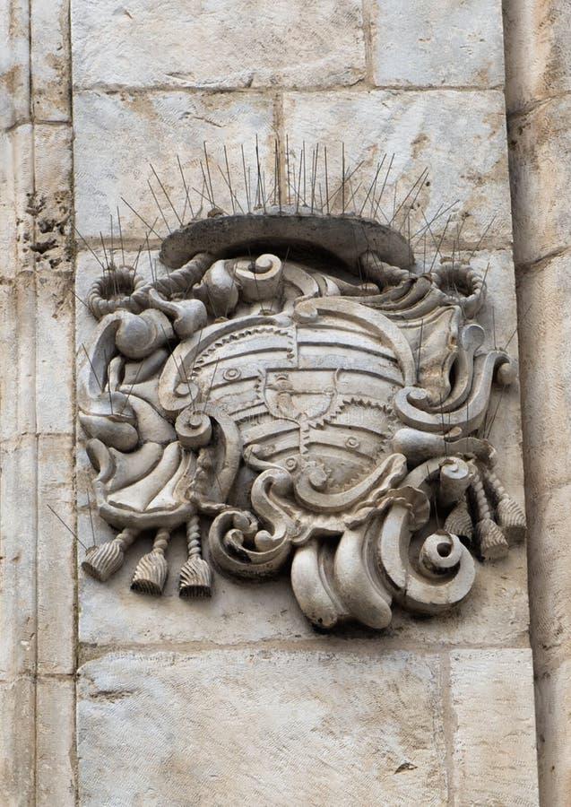 Biskupa żakiet ręki, na Santa Maria Maddalena kościół na zewnątrz, Ostuni obrazy stock