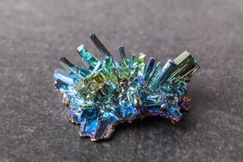 Bismutkristallen op een donkere achtergrond Dit is het sterkst diamagnetische element en ook het zwaarst die niet radioactief is stock foto