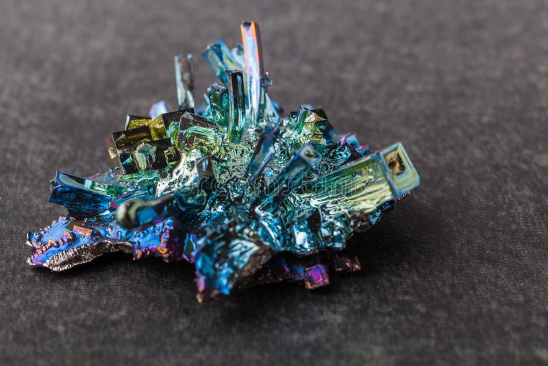 Bismutkristallen op een donkere achtergrond Dit is het sterkst diamagnetische element en ook het zwaarst die niet radioactief is royalty-vrije stock foto's