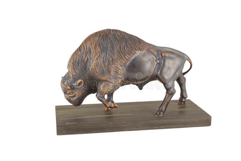 Bisonte feito do bronze em um suporte de madeira e em um fundo branco, isolado imagem de stock royalty free