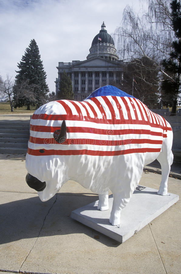 Bisonte pintado con la bandera americana, proyecto del arte de la comunidad, olimpiadas de invierno, capitol del estado, Salt Lak imágenes de archivo libres de regalías