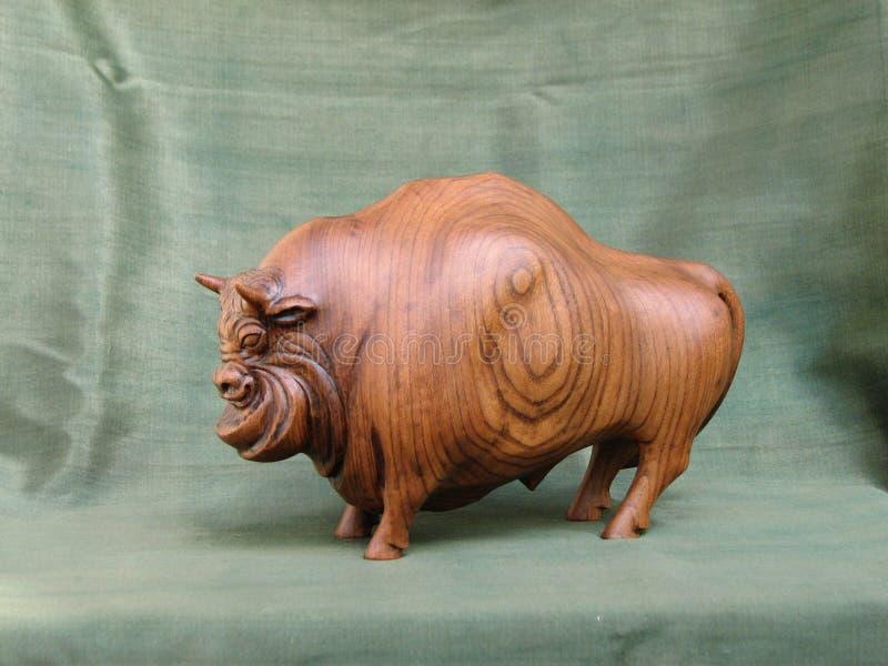 Bisonte, scultura di Karagach di legno fotografie stock libere da diritti