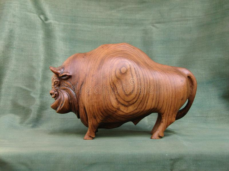 Bisonte, scultura di Karagach di legno immagini stock libere da diritti
