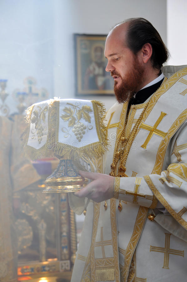 Bispo Ambrose (Muntyanu) Neftekamsk e Bisrk durante a liturgia fotografia de stock