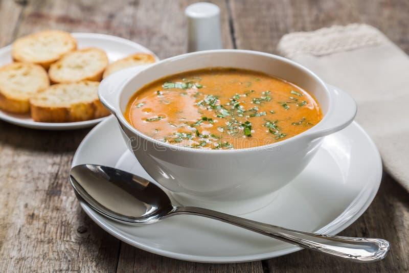 Bisque caseiro do puré da sopa com pão torrado fotos de stock royalty free