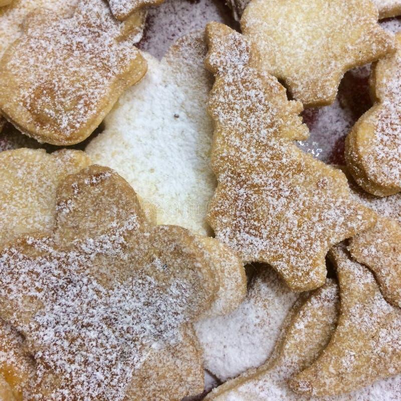 Bisquits di Natale con la polvere dello zucchero fotografia stock