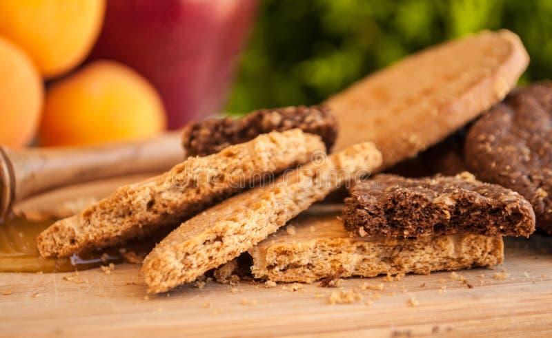 Bisquits met honing en honingsdipper en vruchten stock afbeelding