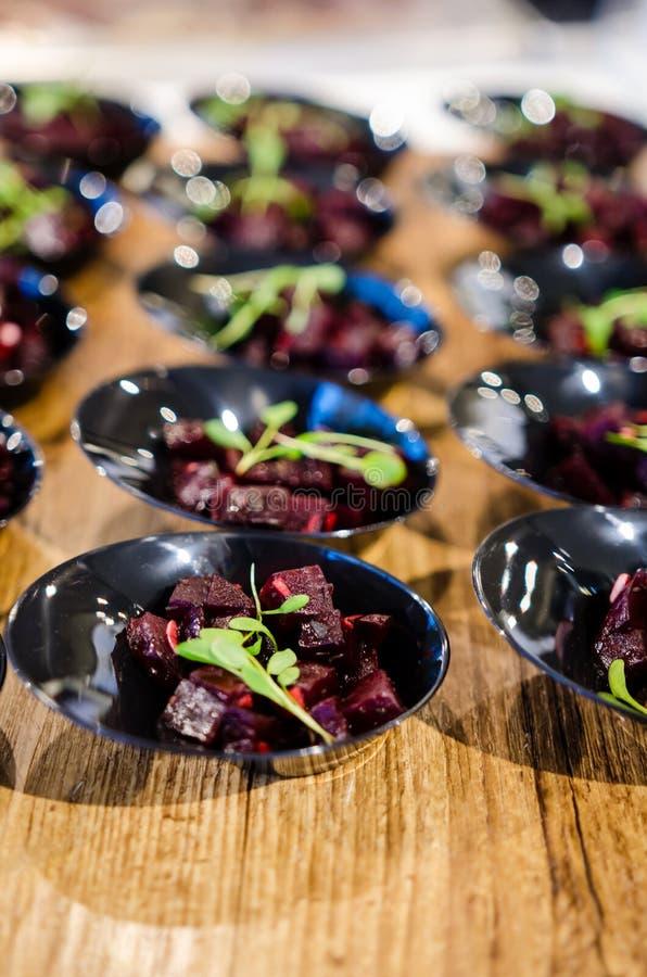 Biss-Größenteile Salat der roten Rübe lizenzfreie stockfotografie
