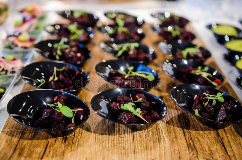 Biss-Größenteile Salat der roten Rübe stockbild