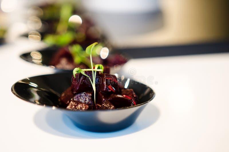 Biss-Größenteile Salat der roten Rübe stockfoto