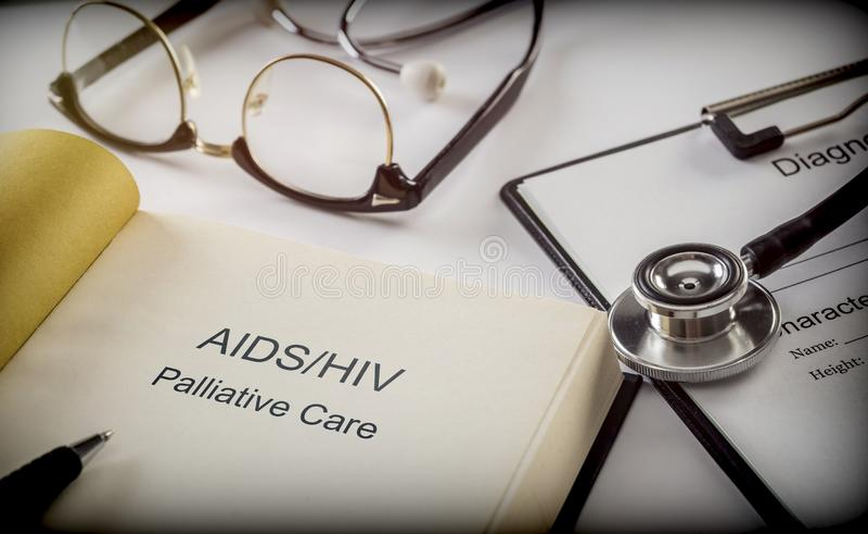 Bistår lindrande omsorg för hiv, bok tillsammans att bilda av diagnosen, den fiktiva titeln, arkivbild