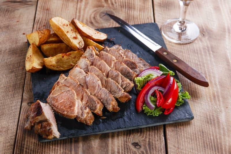 Bistecca affettata della carne di maiale con le patate immagine stock libera da diritti