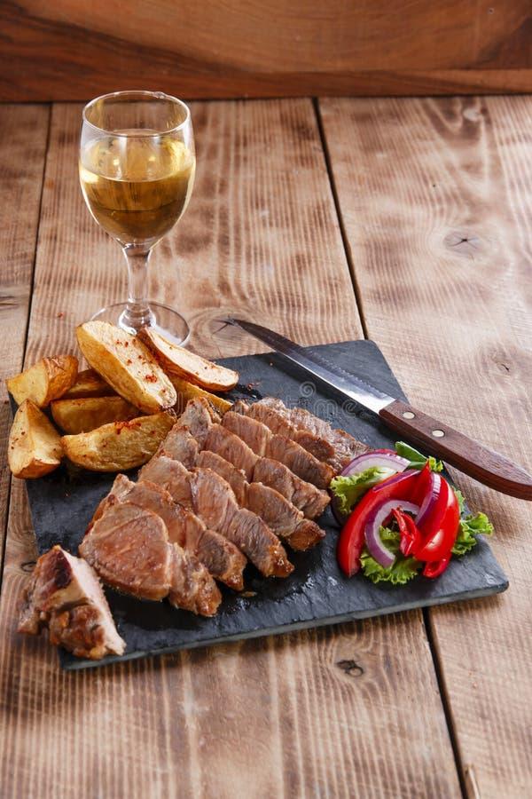 Bistecca affettata della carne di maiale con le patate fotografia stock