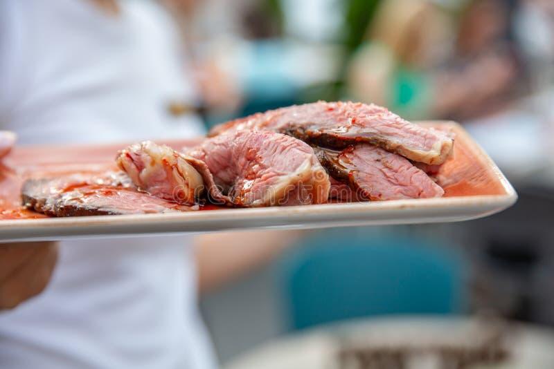 Bistecca arrostita affettata dell'agnello sul piatto immagine stock