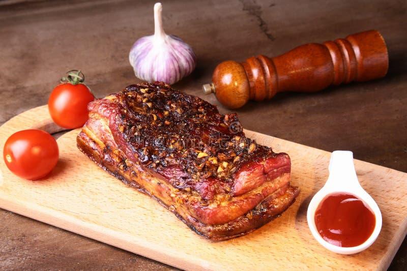 Bistecca arrostita affettata di Striploin del barbecue delle costole di carne di maiale con la salsa ed i pomodori di chimichurri immagine stock libera da diritti