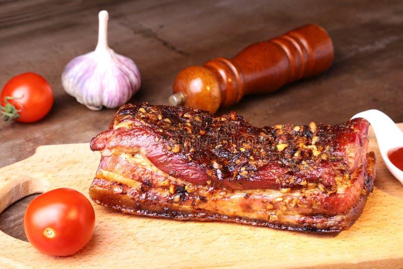Bistecca arrostita affettata di Striploin del barbecue delle costole di carne di maiale con la salsa ed i pomodori di chimichurri fotografia stock libera da diritti