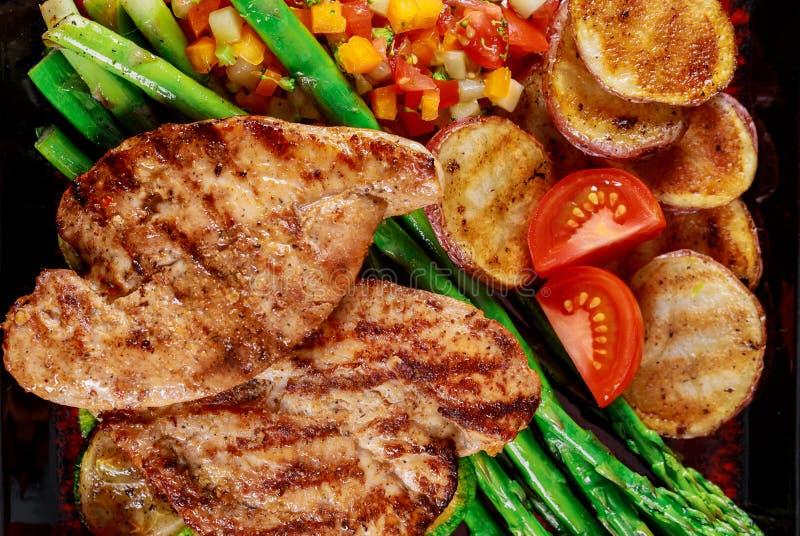 Bistecca arrostita con le patatine fritte e le verdure immagine stock