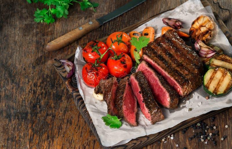 Bistecca arrostita rara affettata con le verdure arrostite con lo spac della copia fotografia stock libera da diritti