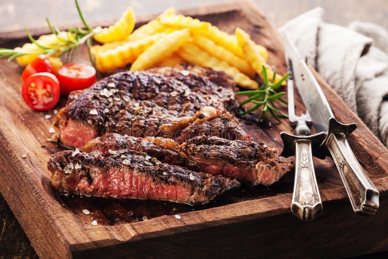 Bistecca arrostita rara media affettata Ribeye con le patate fritte immagini stock