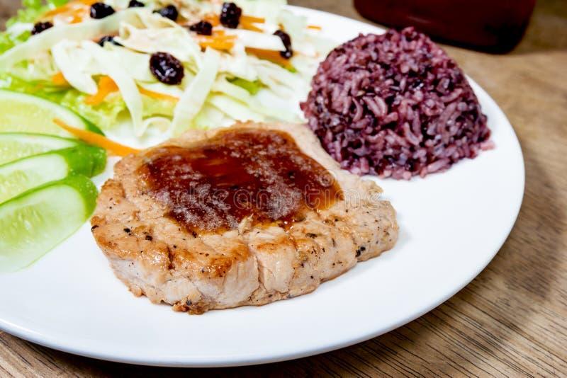 Bistecca con il riso cucinato del gelsomino fotografia stock libera da diritti