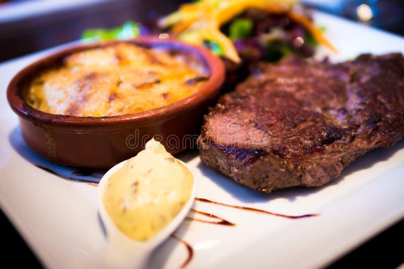 Bistecca con la patata e l'insalata di poltiglia immagini stock