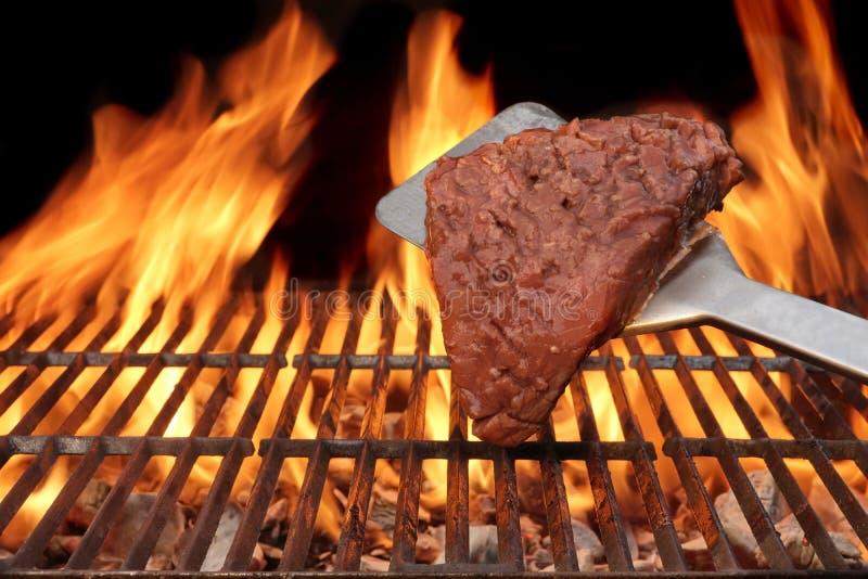 Bistecca cotta alla griglia fiamma sulla griglia del BBQ fotografia stock