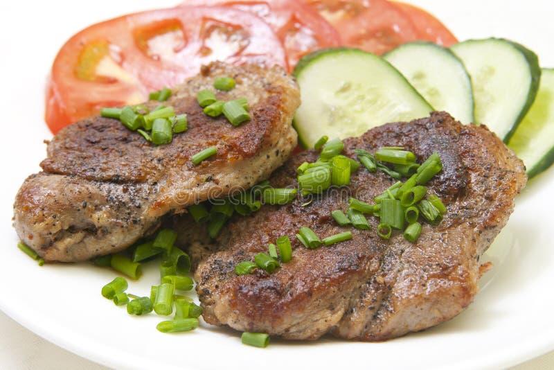 Bistecca cotta con la verdura fresca in zolla bianca fotografia stock libera da diritti