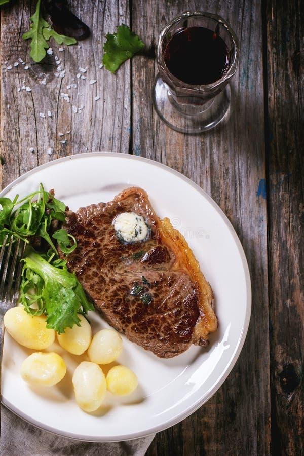 Bistecca cotta con le patate fotografia stock libera da diritti