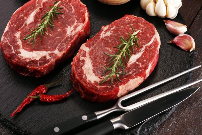 Bistecca cruda Arrostisca col barbecue Rib Eye Steak, l'entrecôte invecchiato asciutto Stea di Wagyu immagine stock libera da diritti