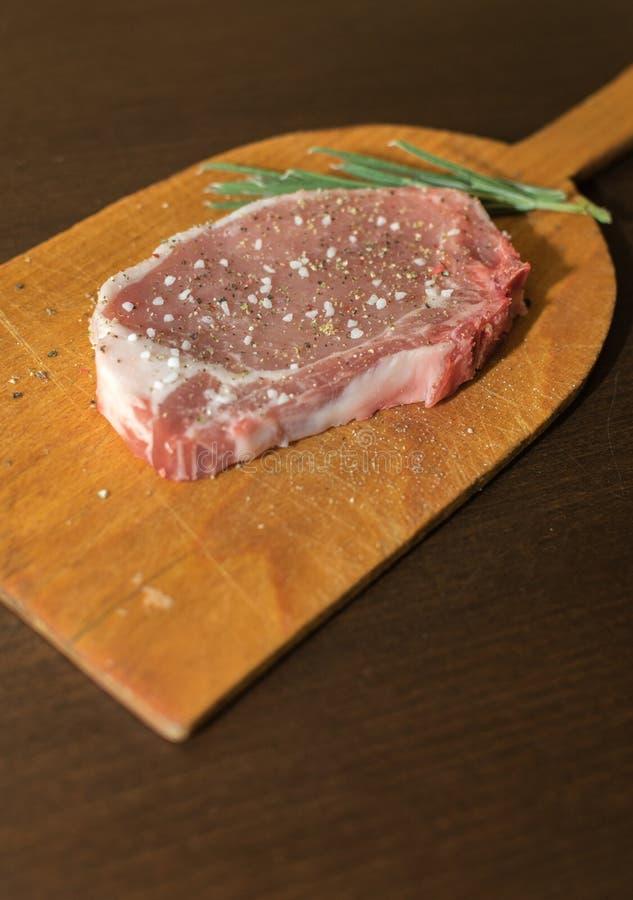 Bistecca cruda della carne di maiale pronta ad essere cucinato immagini stock