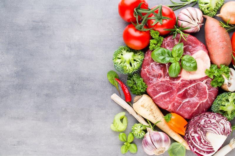 Bistecca cruda di Ribeye della carne fresca con le verdure e la spezia fotografia stock libera da diritti