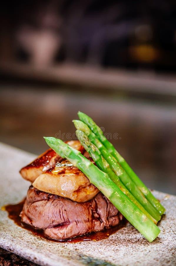Bistecca del mignon di raccordo con il foie gras Teppanyaki che pranza stile fotografie stock