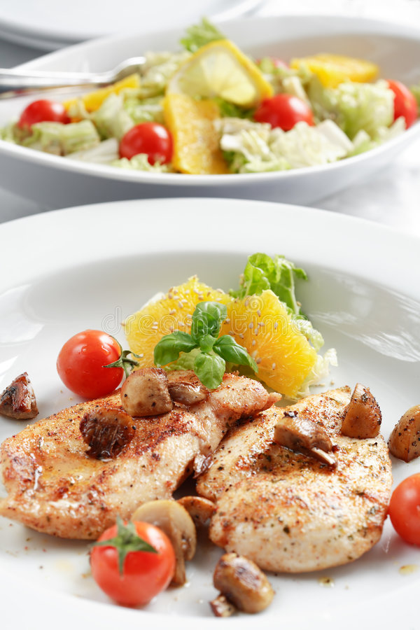Bistecca del pollo con insalata immagini stock libere da diritti