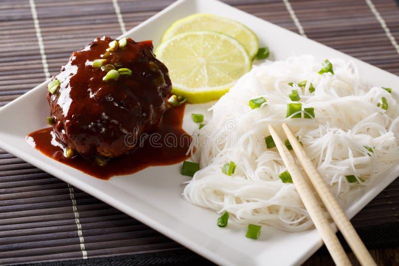 Bistecca deliziosa di hambagu con il primo piano dei vermicelli del riso e del sugo fotografia stock