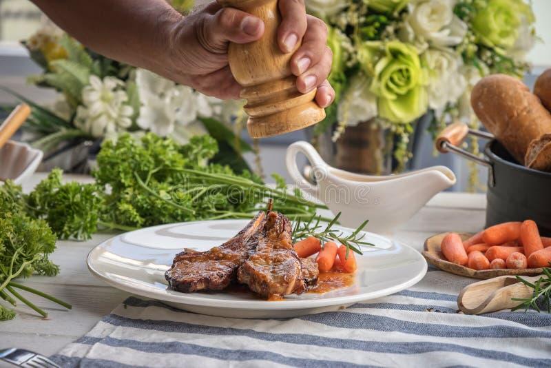 bistecca dell'agnello sul piatto bianco immagini stock libere da diritti