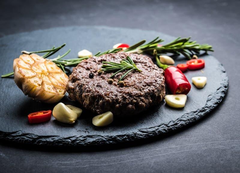 Bistecca dell'hamburger del manzo con gli spicies immagine stock libera da diritti