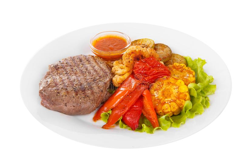 Bistecca della carne con bianco isolato salsa al pomodoro fotografia stock libera da diritti