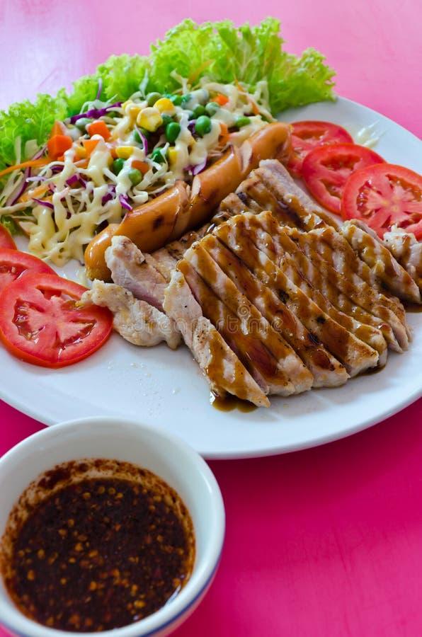 Bistecca della carne di maiale con la salsiccia fotografia stock