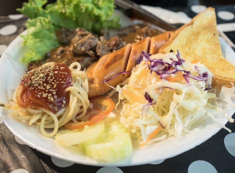 Bistecca della carne di maiale con la salsiccia fotografie stock