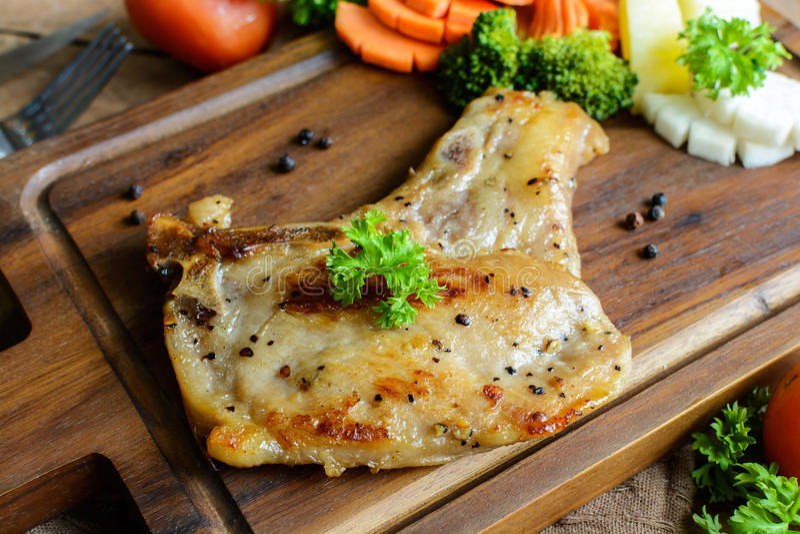 Bistecca di braciola di maiale di Kurobuta sulla tavola di legno fotografie stock