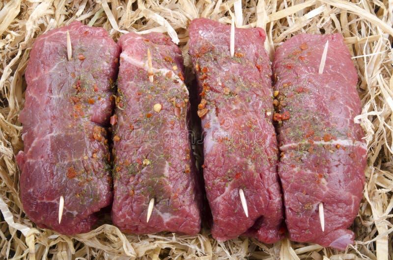 Bistecca di brasatura cruda in paglia immagini stock