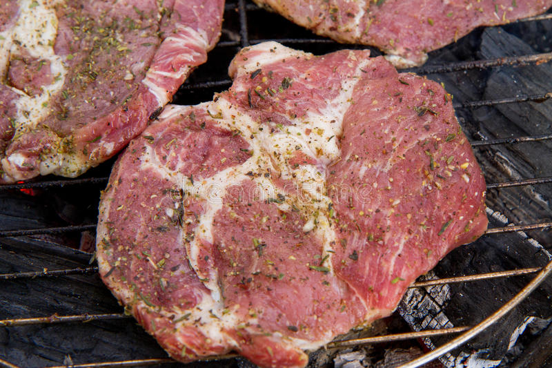 Bistecca di Chuck che è grigliata, fotografia stock libera da diritti