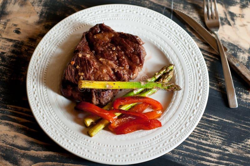 Bistecca di Chuck con asparago e paprica fotografie stock libere da diritti