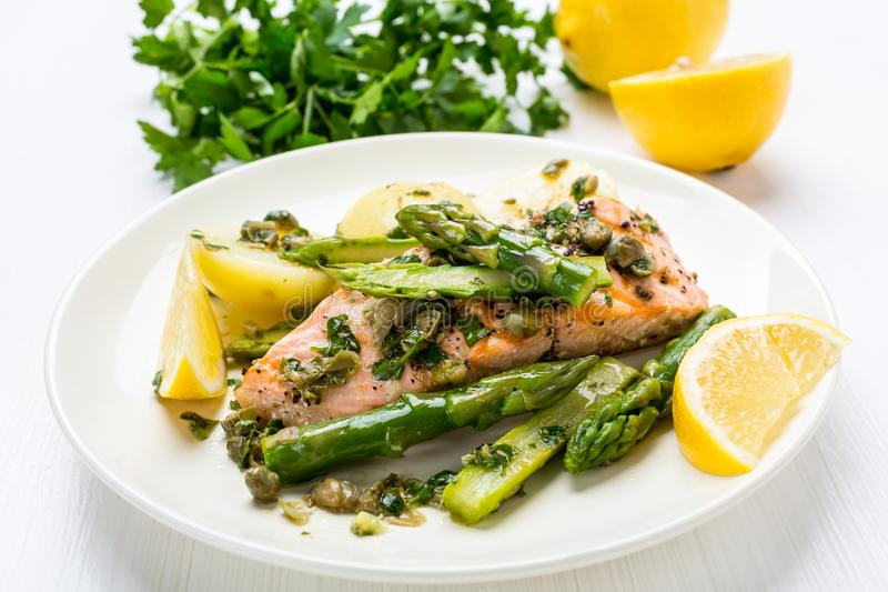 Bistecca di color salmone arrostita con asparago immagine stock