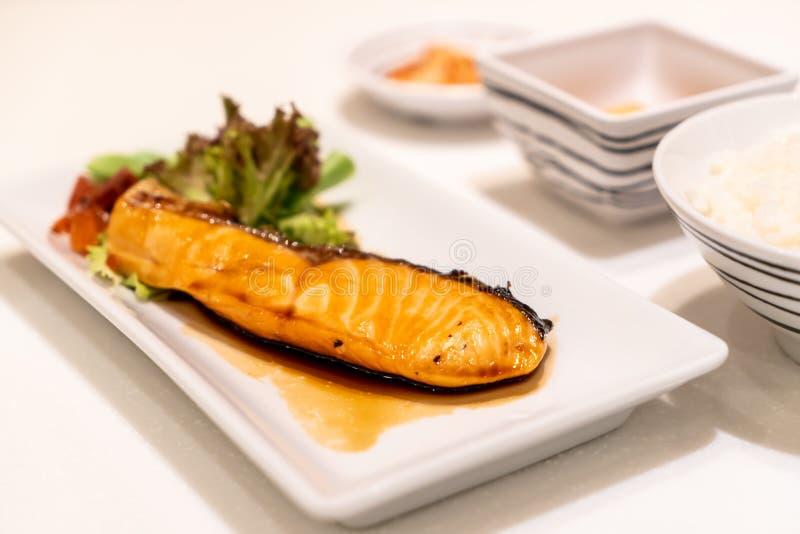 Bistecca di color salmone arrostita con salsa fotografia stock libera da diritti