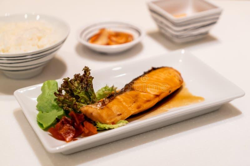 Bistecca di color salmone arrostita con salsa immagini stock libere da diritti