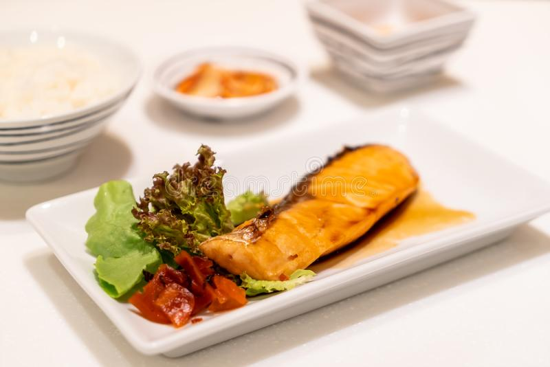 Bistecca di color salmone arrostita con salsa immagini stock