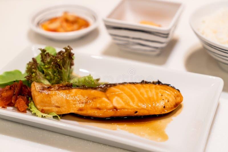 Bistecca di color salmone arrostita con salsa fotografia stock